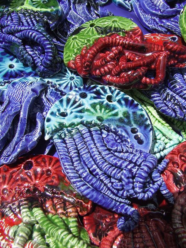 Smalti: un mare di colori, di pesci, di gechi, di civette e di meduse